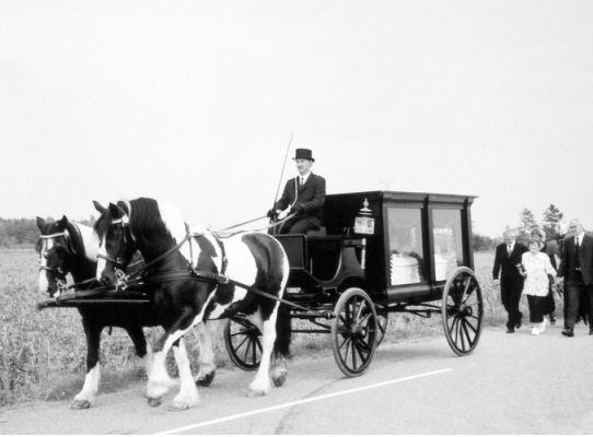 Helt naturligt og i Jens Kirkegårds ånd blev han kørt med hesteforspand til sit sidste hvilested i Arnborg